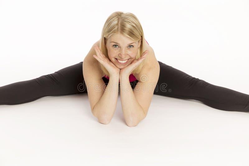 La bella giovane donna negli sport copre la seduta di una corda immagini stock