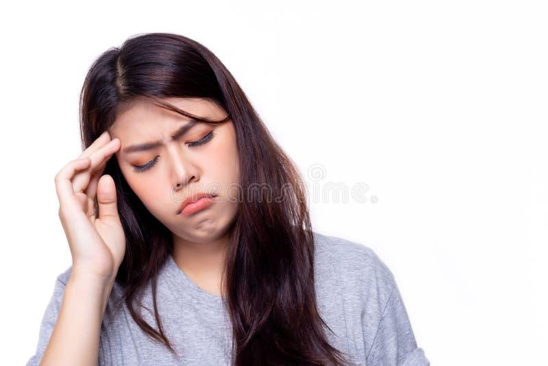 La bella giovane donna ottiene l'emicrania o il malato È tumore al cervello La ragazza graziosa ha ottenuto spesso l'emicrania o  fotografia stock
