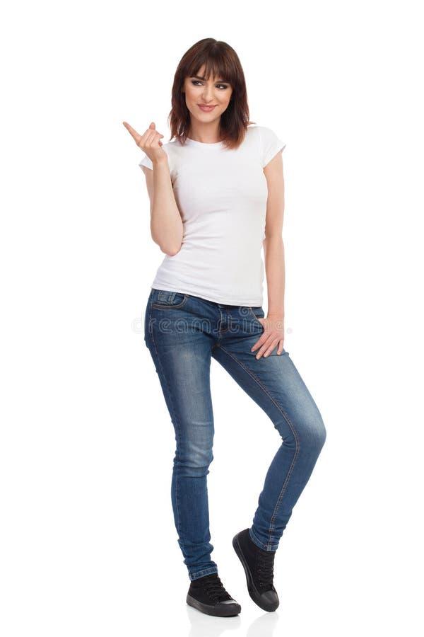 La bella giovane donna sta sorridendo, distogliendo lo sguardo e rimproverando fotografia stock libera da diritti