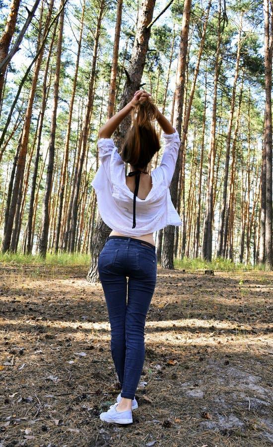 La bella giovane donna tiene i suoi capelli sulle mani fotografie stock libere da diritti