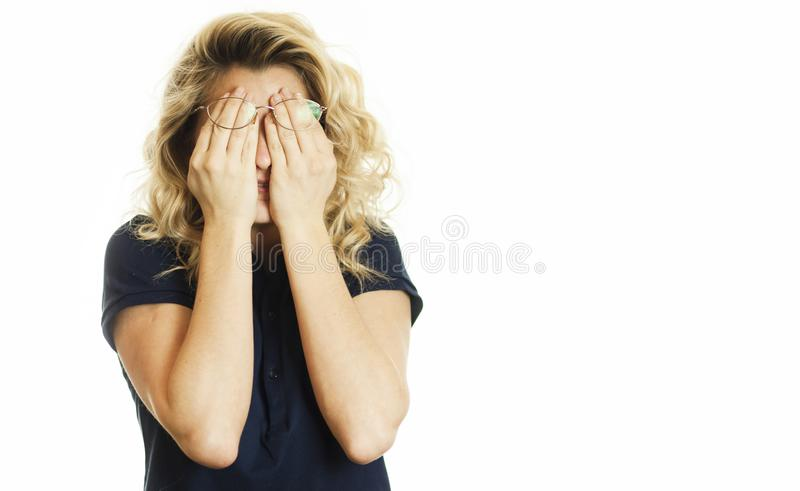 La bella giovane ragazza emozionale chiude i suoi occhi ad un fondo bianco isolato Non voglia vedere fotografia stock libera da diritti