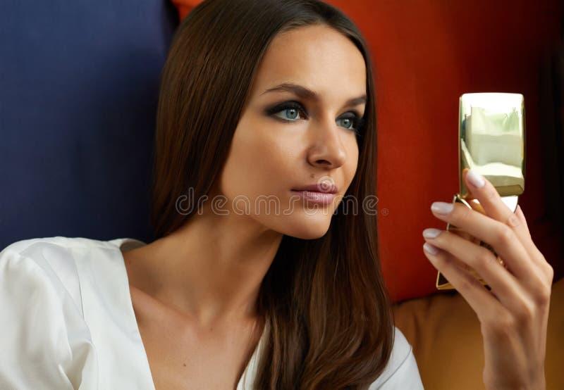 La bella giovane ragazza sexy con trucco lungo di sera e dei capelli diritti, buio dipinto osserva ed il rossetto rosa guarda nel fotografia stock libera da diritti