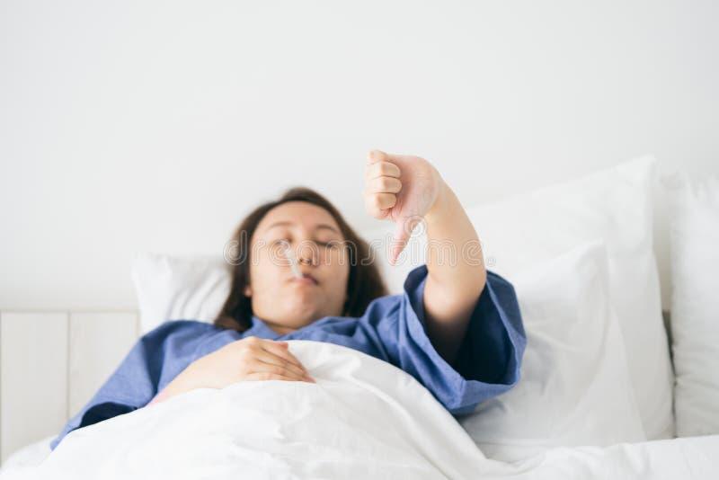 La bella ipotermia asiatica della donna è stata misurata da febbre Li immagini stock libere da diritti