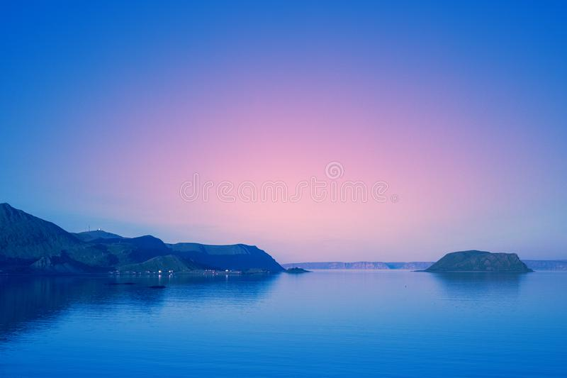 La bella linea costiera rocciosa nel primo mattino fotografia stock