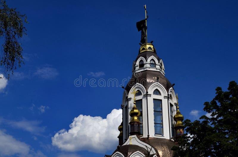 La bella Moderno-chiesa nel cielo blu fotografie stock libere da diritti