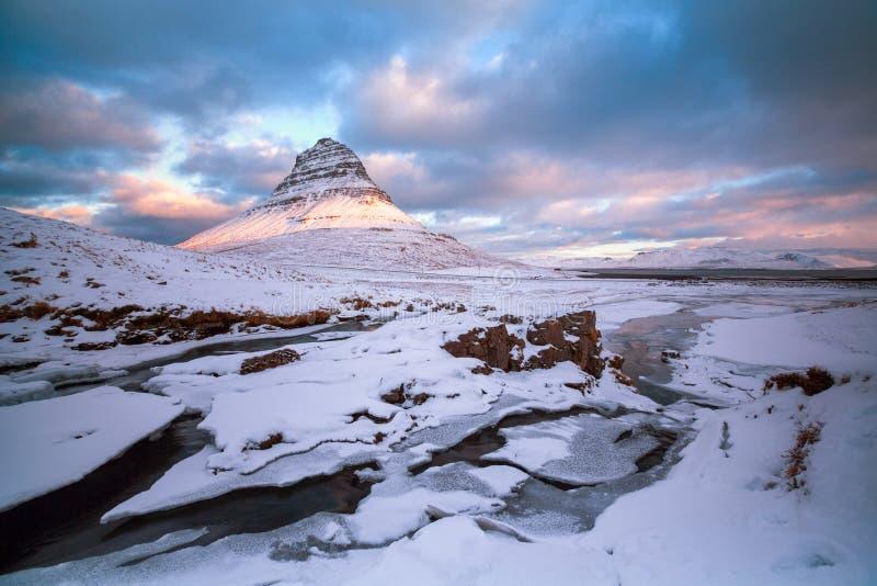 La bella montagna di Kirkjufell, penisola di Snaefellsness, Icel immagini stock libere da diritti