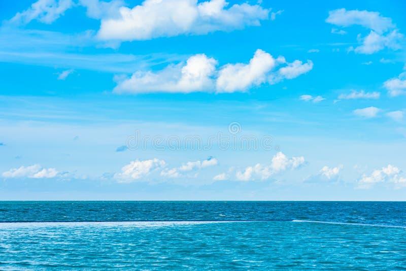 La bella piscina all'aperto nella località di soggiorno dell'hotel con la nuvola bianca ed il cielo blu per svago si rilassano immagini stock libere da diritti