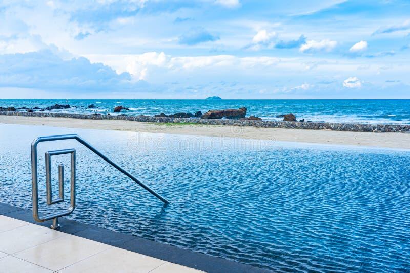 La bella piscina all'aperto nella località di soggiorno dell'hotel con la nuvola bianca ed il cielo blu per svago si rilassano immagine stock libera da diritti