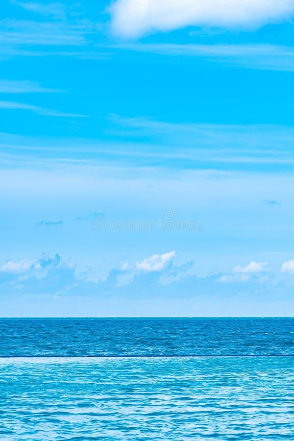 La bella piscina all'aperto nella località di soggiorno dell'hotel con la nuvola bianca ed il cielo blu per svago si rilassano fotografie stock