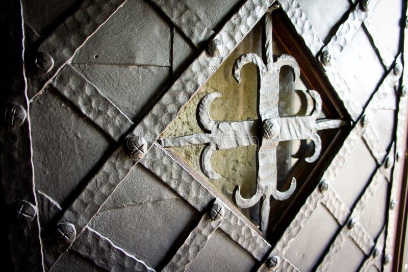 La bella porta di legno antica ha scheggiato con metallo ed ha attraversato nel centro fotografia stock libera da diritti