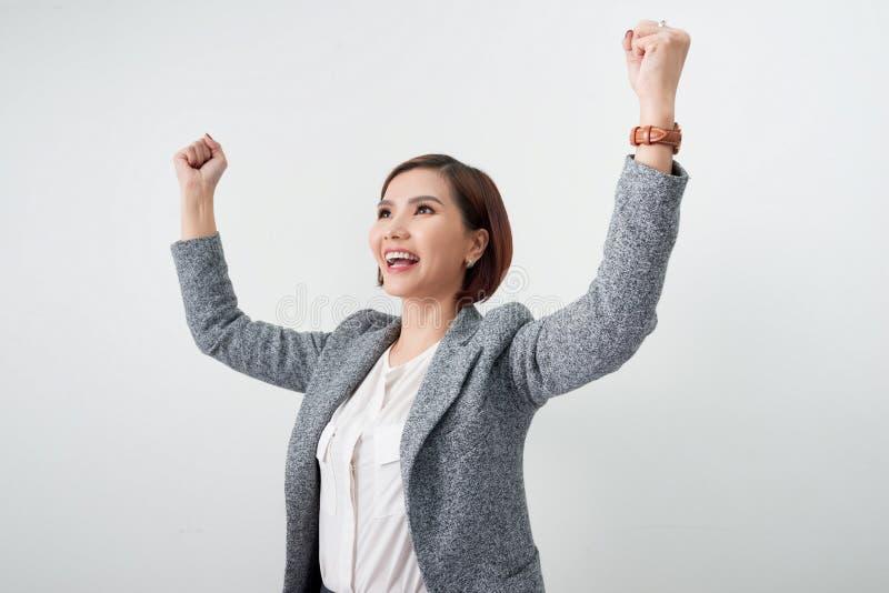 La bella ragazza asiatica ritiene felice mano sorridente di manifestazione della donna su riuscita azione del segno fotografie stock