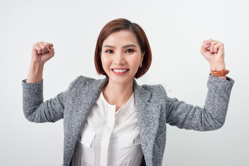 La bella ragazza asiatica ritiene felice mano sorridente di manifestazione della donna su riuscita azione del segno fotografia stock libera da diritti