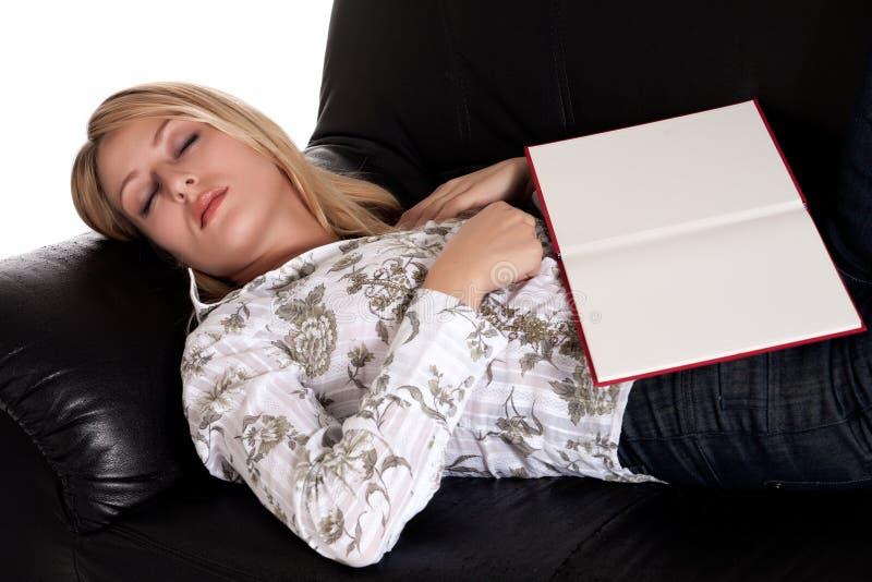 La bella ragazza bionda è caduto addormentato con il suo libro immagine stock libera da diritti