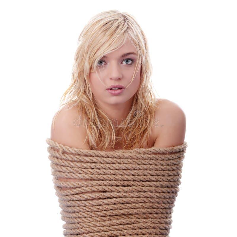 La bella ragazza bionda legata con la corda immagine stock libera da diritti