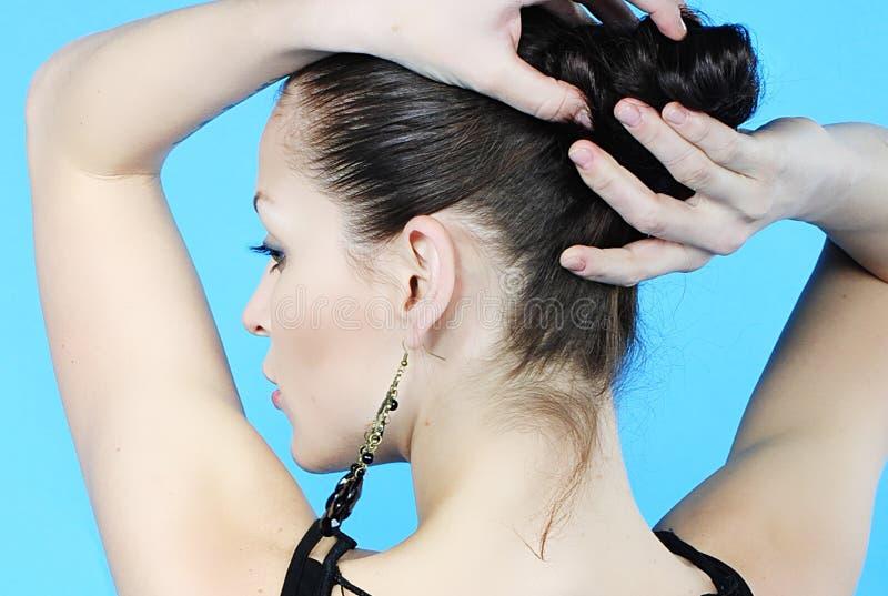 La bella ragazza castana si siede indietro con capelli withdrewed immagine stock libera da diritti
