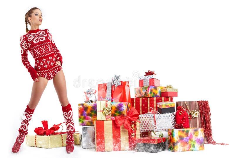 La bella ragazza che indossa il Babbo Natale copre con natale g immagine stock libera da diritti
