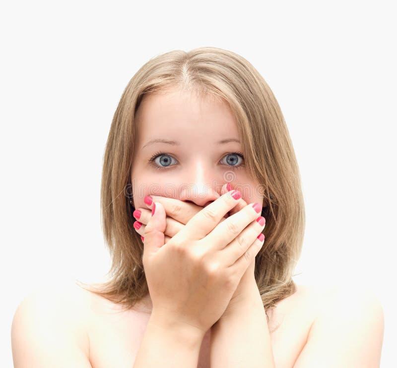 La bella ragazza chiude le mani della bocca, per non gridare immagini stock libere da diritti