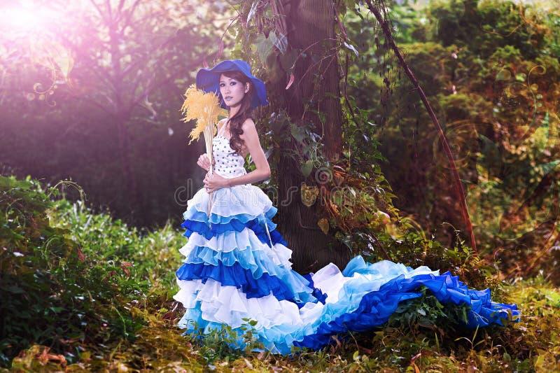 La bella ragazza cinese si è vestita in costumi occidentali vestiti come strega fotografia stock libera da diritti