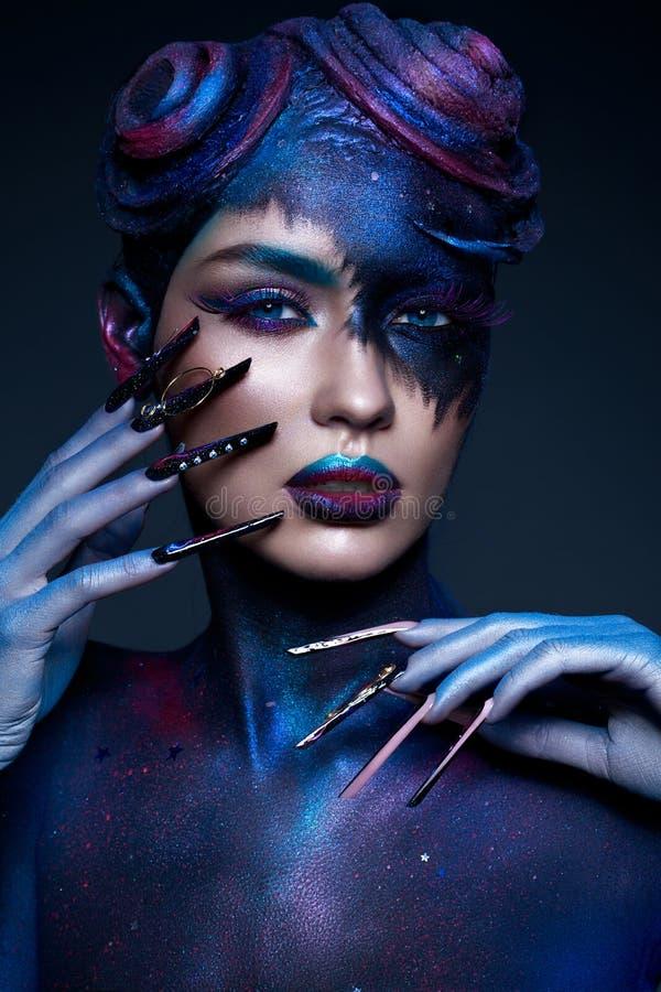 La bella ragazza con modo di arte compone, acconciatura creativa, chiodi lunghi Manicure di progettazione Fronte di bellezza fotografie stock