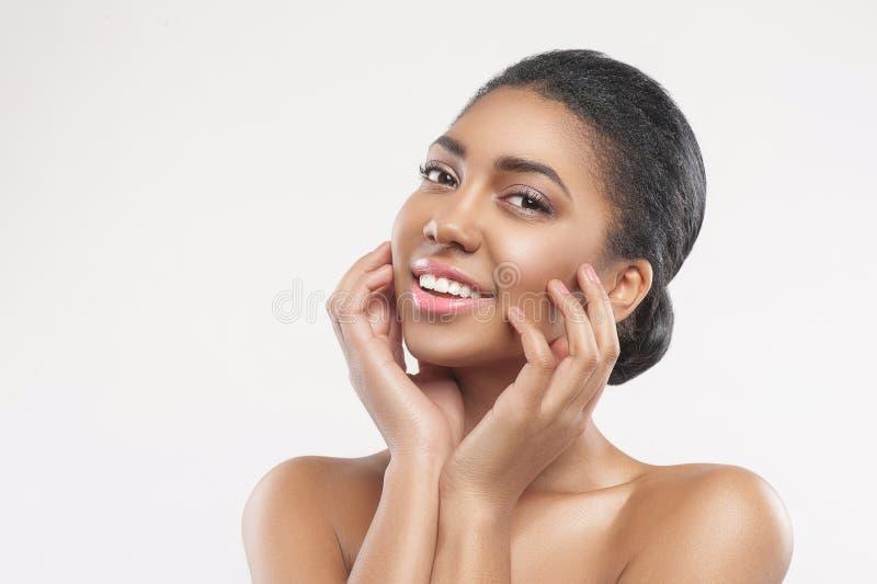 La bella ragazza del mulatto preferisce il trattamento dello skincare immagini stock libere da diritti