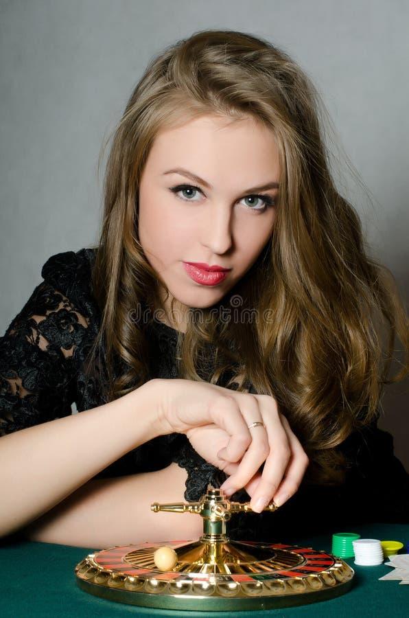La bella ragazza gioca le roulette fotografia stock libera da diritti