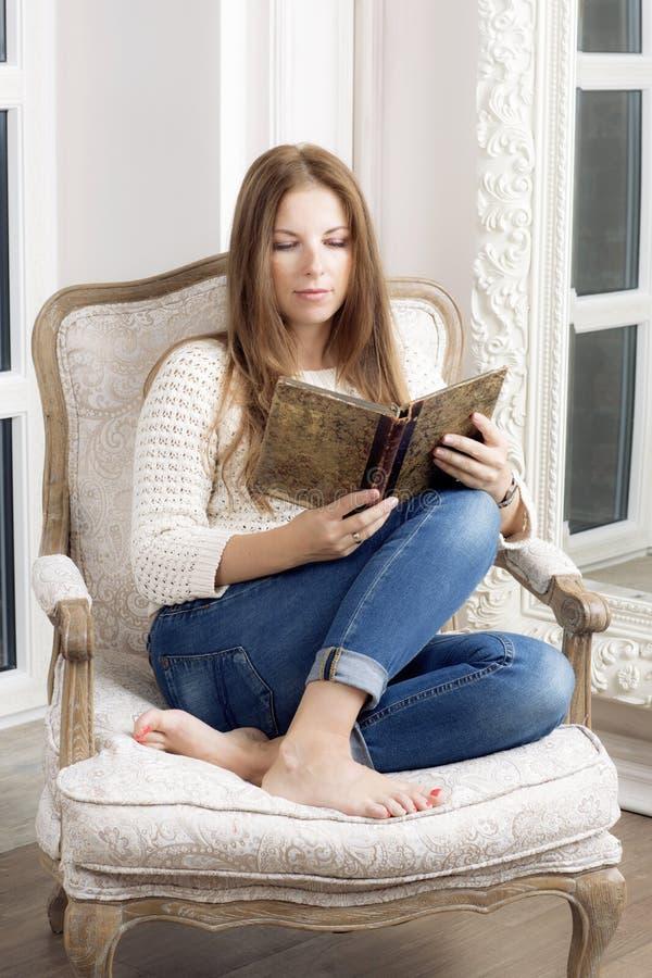 La bella ragazza ha letto un libro fotografia stock