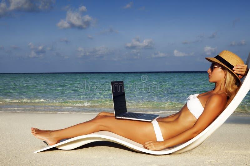 La bella ragazza ha una vacanza stagionale dell'inverno sulla spiaggia in paese esotico fotografie stock