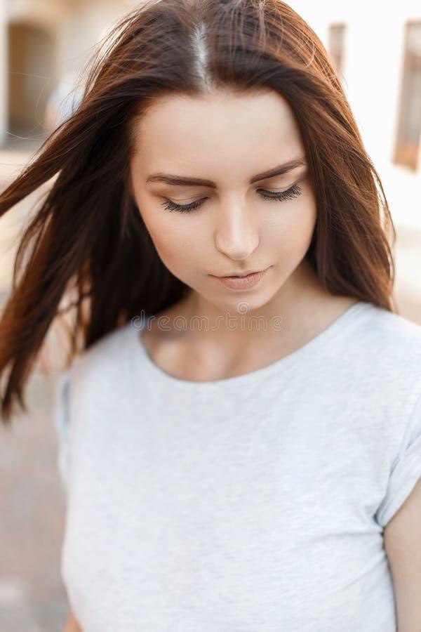 La bella ragazza modesta guarda giù Ritratto di una donna graziosa fotografia stock libera da diritti