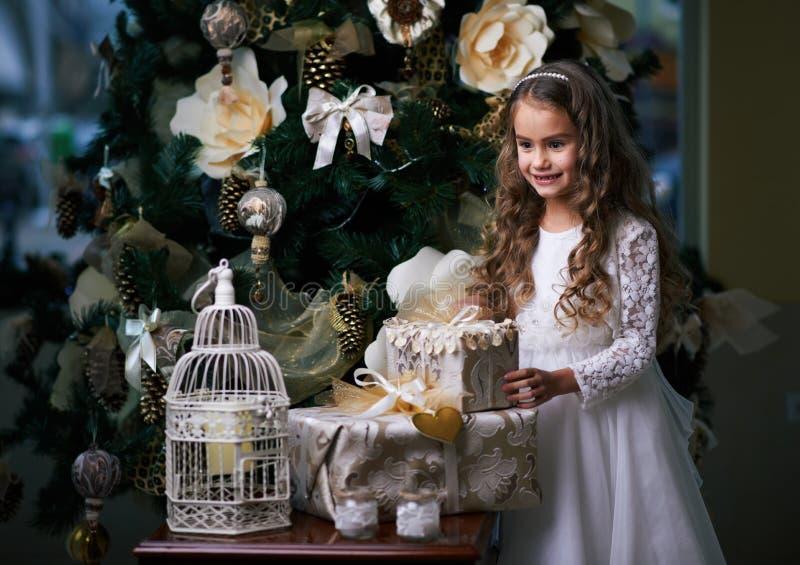 La bella ragazza senza denti in vestito bianco gode dei regali fotografie stock libere da diritti
