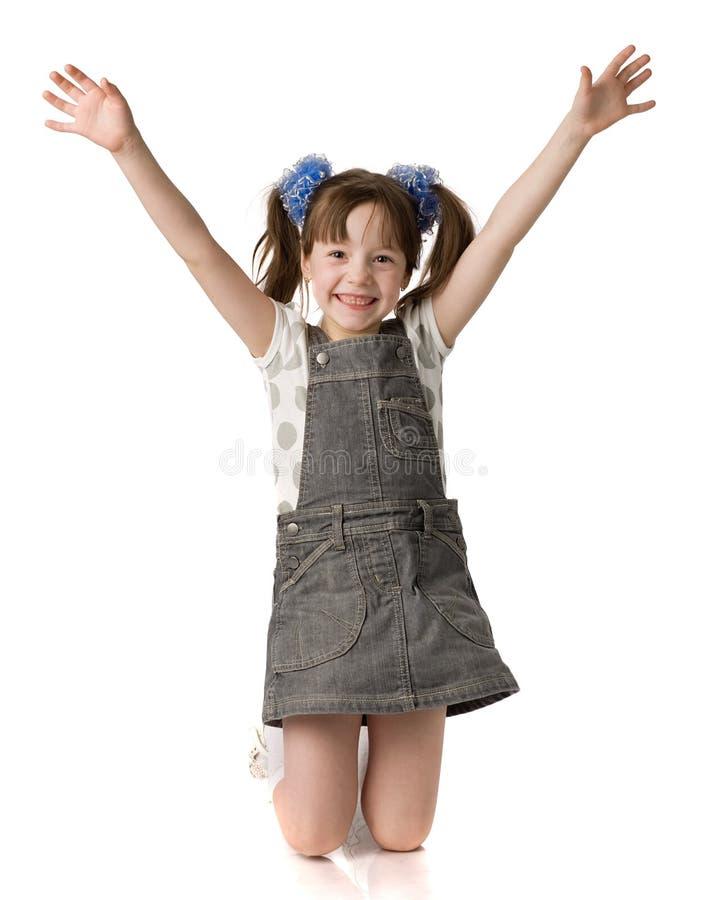 La bella ragazza si leva in piedi sulle ginocchia fotografie stock libere da diritti