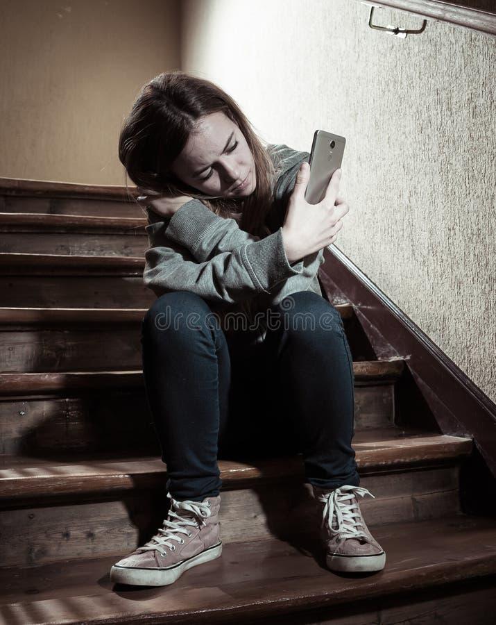 La bella ragazza sola ha diminuito e preoccupato la sofferenza dall'oppressione e le molestie alla scuola fotografie stock