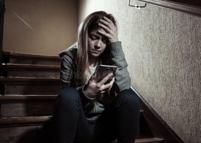 La bella ragazza sola ha diminuito e preoccupato la sofferenza dall'oppressione e le molestie alla scuola immagini stock