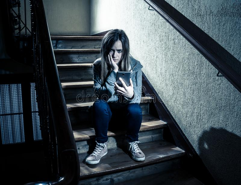 La bella ragazza sola ha diminuito e preoccupato la sofferenza dall'oppressione e le molestie alla scuola fotografia stock libera da diritti