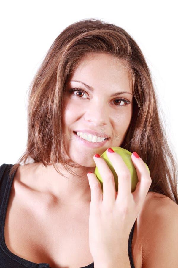 La bella ragazza sorridente tiene la mela verde immagini stock