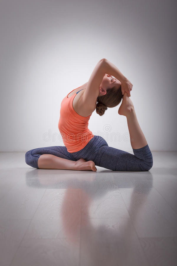 Download La Bella Ragazza Sportiva Degli Yogi Di Misura Pratica L'yoga Immagine Stock - Immagine di yogi, posizioni: 56886011