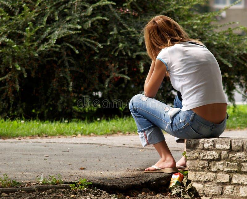 La bella ragazza sta aspettando qualcuno immagini stock libere da diritti