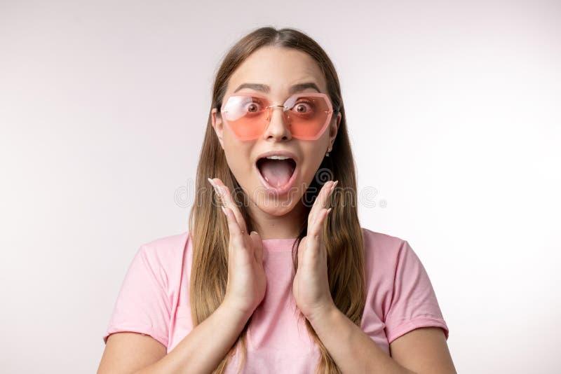 La bella ragazza sta gridando poichè ha visto qualche cosa di pericoloso immagine stock libera da diritti
