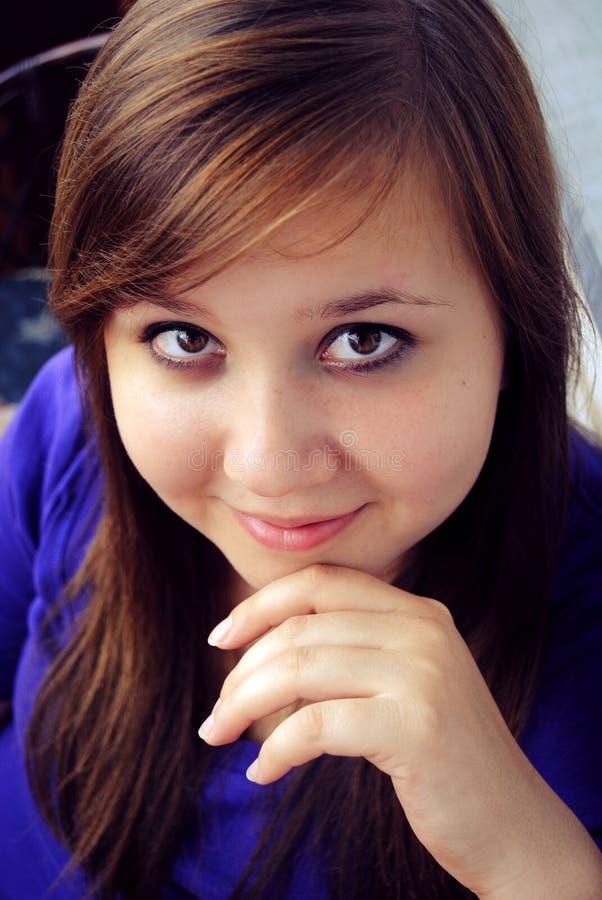 La bella ragazza sta sorridendo immagine stock libera da diritti