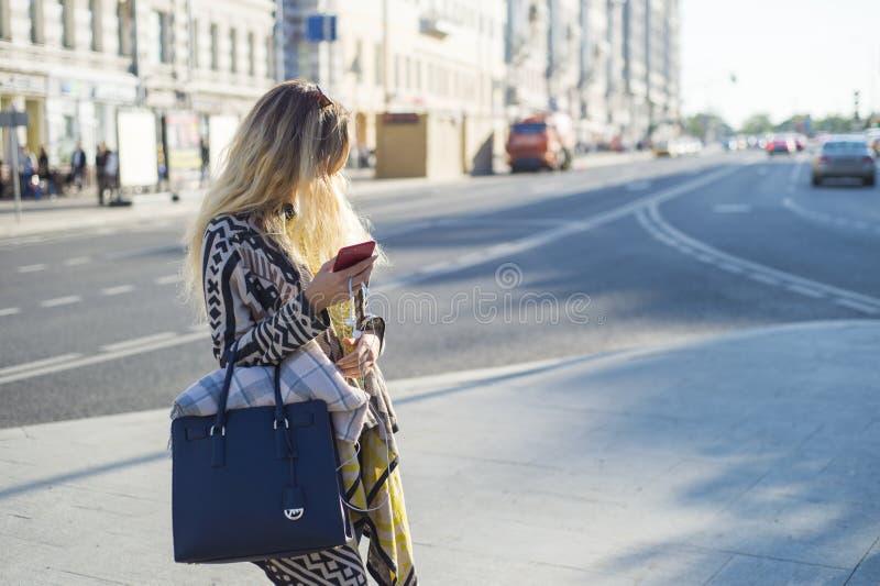 La bella ragazza sta vicino alla strada immagine stock libera da diritti