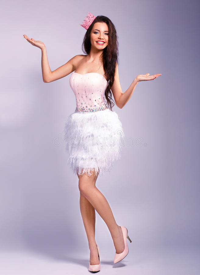 La bella ragazza vestita come principessa mostra il vostro testo fotografia stock