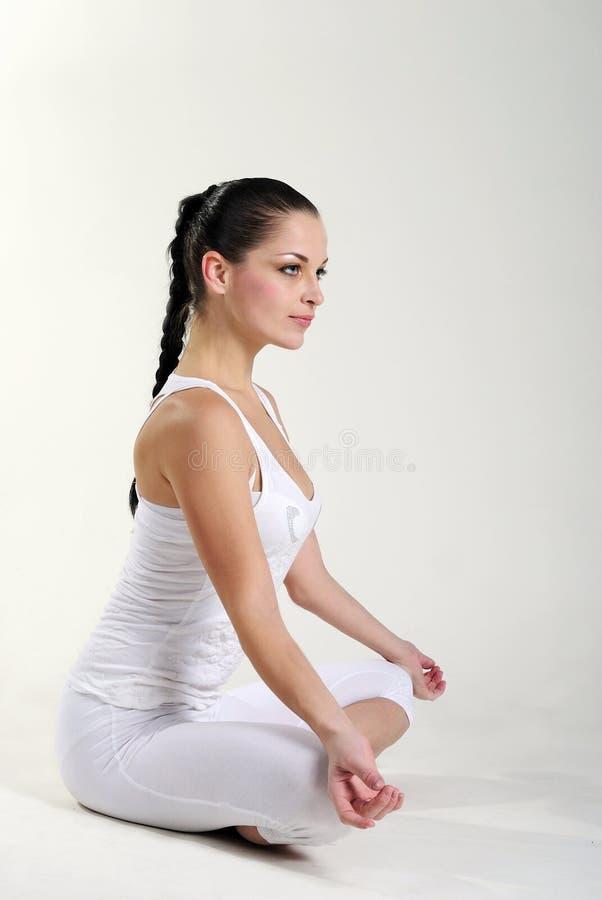 La bella ragazza in vestiti bianchi è agganciata immagine stock libera da diritti