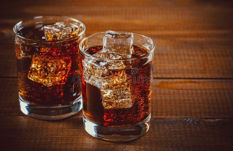 La bella soda gassate fredda della cola con i cubi ghiaccia fotografia stock