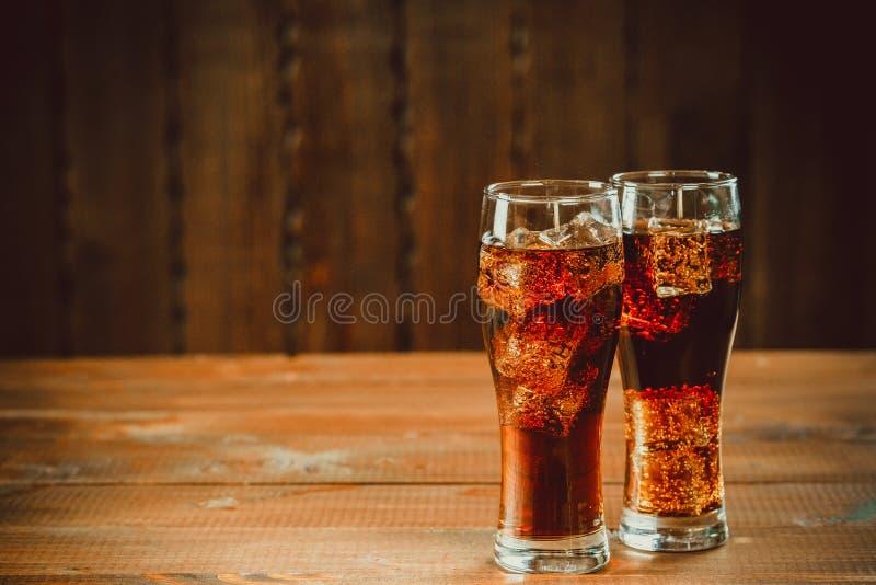 La bella soda gassate fredda della cola con i cubi ghiaccia fotografia stock libera da diritti