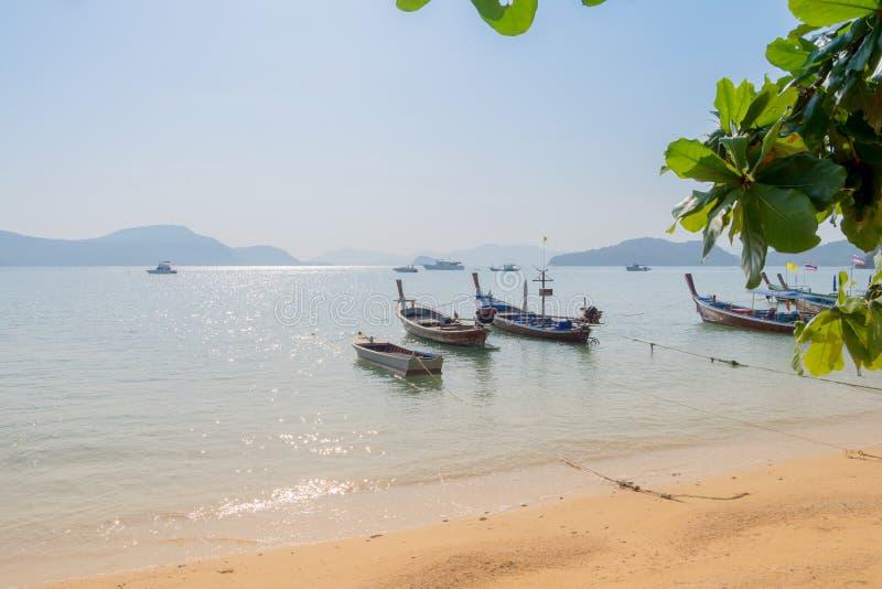 La bella spiaggia contro seaview con i pescherecci si mette in bacino alla spiaggia di kata, Phuket, Tailandia immagini stock