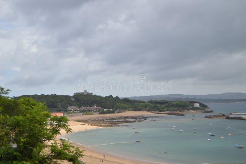 La bella spiaggia di sabbia bianca dei pericoli nei precedenti il palazzo del Magadalena è trovata a Santander 24 agosto 2013 fotografie stock libere da diritti