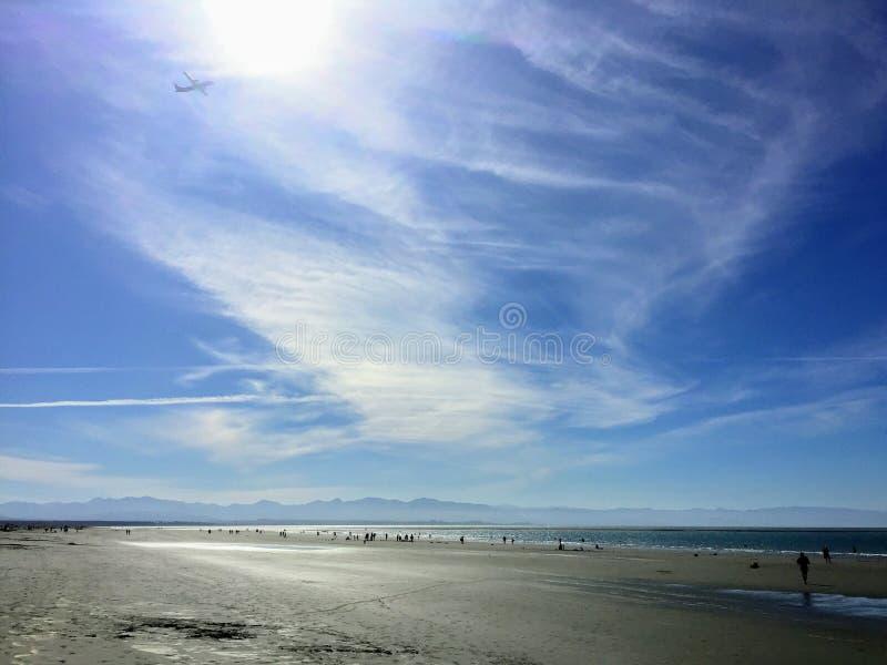 La bella spiaggia di Tahunanui ed il grande cielo blu del Nelson, Nuova Zelanda sull'isola del sud w fotografia stock
