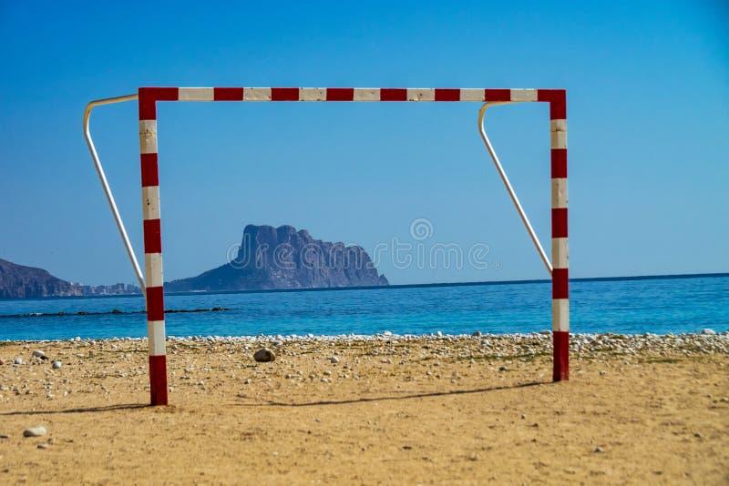 La bella spiaggia rocciosa di Altea, una cittadina in Alicante, Spagna fotografia stock