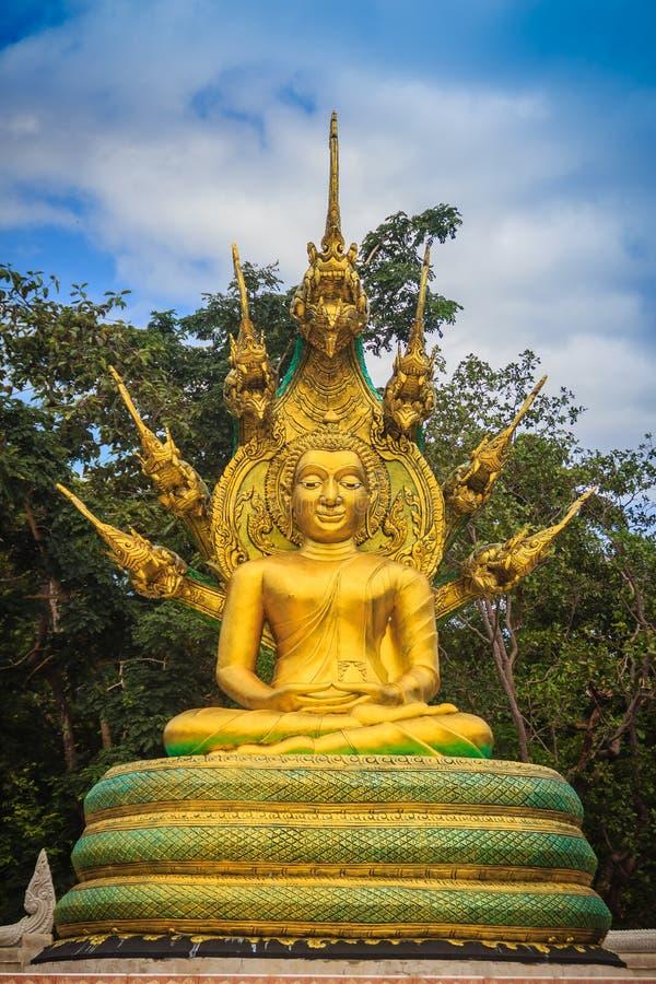 La bella statua dorata di Buddha con sette Naga di Phaya si dirige sotto fotografia stock