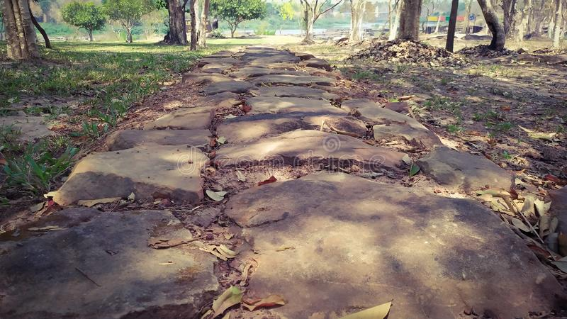 la bella strada fa con molti la roccia Kaeng Tana a tempo la mattina 07 45 15 aprile 2019 Ubonrachatanee Tailandia immagine stock