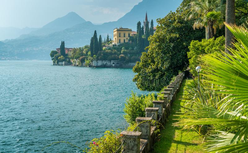 La bella villa Monastero in Varenna un giorno di estate soleggiato Lago Como, Lombardia, Italia immagini stock